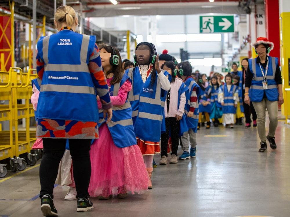 come serch nuovo massimo diversamente Carnevale 2019, Amazon: 300 studenti in maschera in visita ...